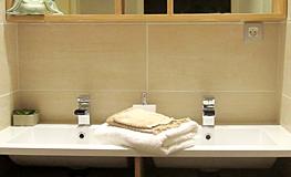 Salle de bain 1 du gîte - Domaine de Montcalm - Location dans les Pyrénées Orientales