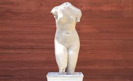 Gîte Pyrénées Orientales - Statue de la cour